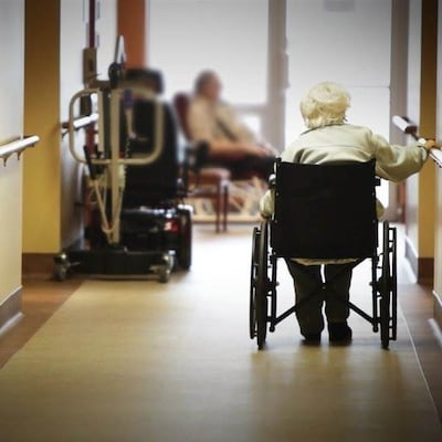 Des personnes âgées dans un centre de soins de longue durée.