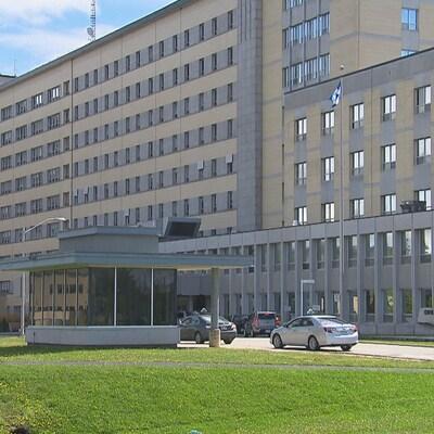 Photo de l'entrée du Centre hospitalier universitaire de Sherbrooke (CHUS)