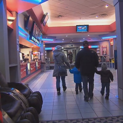 Un famille entre dans le Cinéma Fleur de Lys au centre commercial Carrefour de Trois-Rivières.