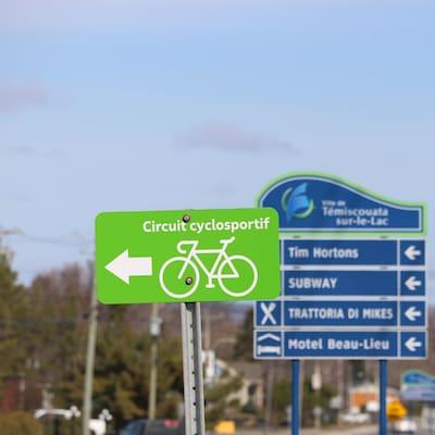 Une affiche indiquant un circuit cyclosportif à Témiscouata-sur-le-Lac.