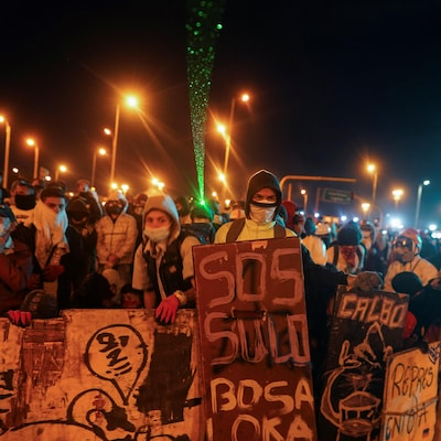 Des manifestants massés à Bogota la nuit du lundi 10 mai 2021.