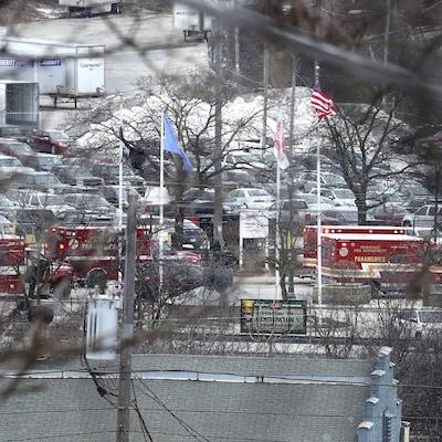 Des voitures de police et des camions de pompiers de Milwaukee sur la scène de la fusillade perpétrée  dans les installations de Molson Coors.