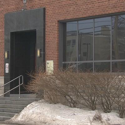 L'édifice de la Commission scolaire des Rives-du-Saguenay sur la rue Jacques-Cartier à Chicoutimi.