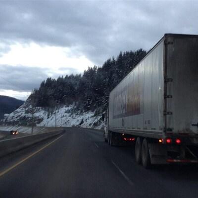 Un camion sur l'autoroute Coquihalla en Colombie-Britannique