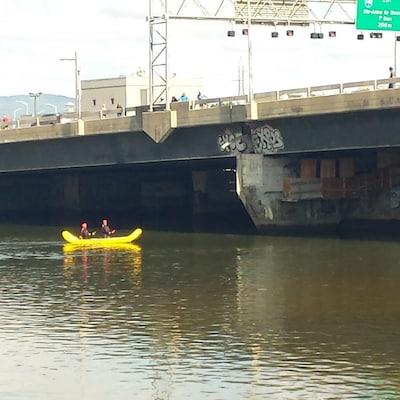 Une équipe de plongeurs cherche un corps sur la rivière Saint-Charles