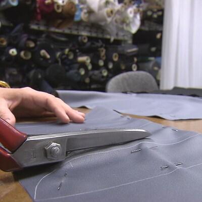 Les nouveaux habits des employés du Centre des congrès ont été confectionnés par l'Atelier d'Ilathan, une entreprise de Québec.