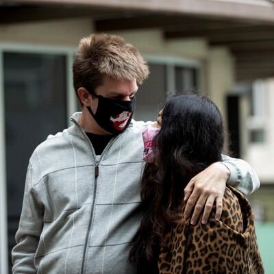 Des amoureux masqués s'enlaçant.