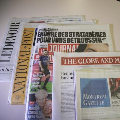 Des journaux sont posés sur une table.