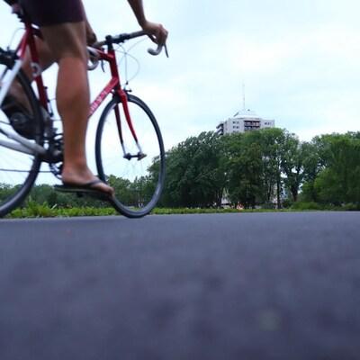 Un cycliste sur l'anneau des plaines d'Abraham