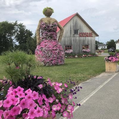 Devant le kiosque de la ferme Monarque, la Grande dame rayonne.