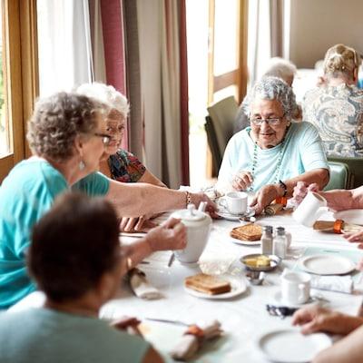 Des dames âgées prennent un repas ensemble.