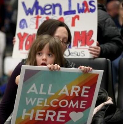 Des manifestants à l'aéroport de Minneapolis.