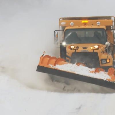 Un camion de déneigement en action sur une route