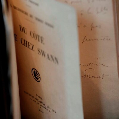 La page titre du livre  Du côté de chez Swann  visible sur une édition originale du volume, mise en vente aux enchères, celle-ci, en 2017.