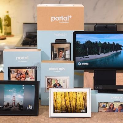 Plusieurs écrans de différentes tailles et des boîtes identifiées Portal sont placés sur une table.