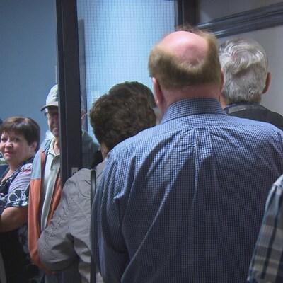 Des électeurs font la file pour exercer leur droit de vote.