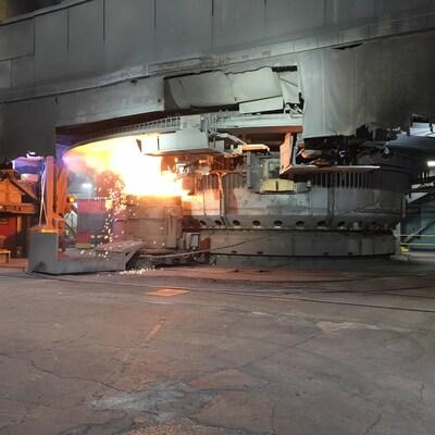 Une machine où coule le métal chez Elkem Métal.