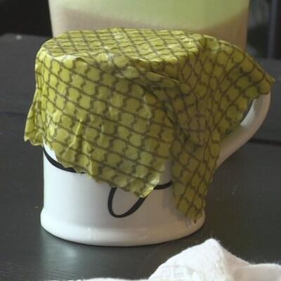Un tissu wrap à la cire d'abeille posé sur une tasse.