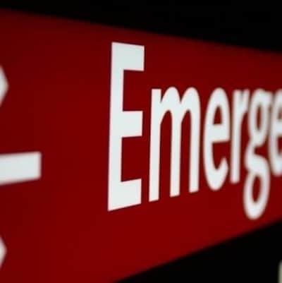 Une enseigne où il est écrit Emergency.