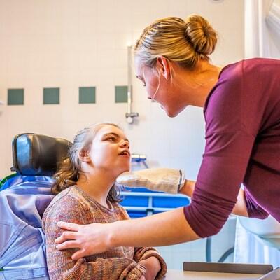 Une femme s'occupe d'une enfant handicapée