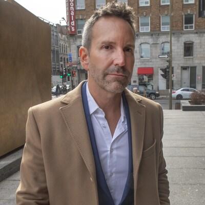 Éric Salvail arrivant au palais de justice de Montréal.
