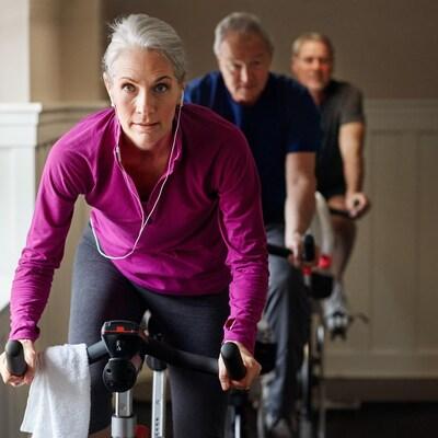 Trois personnes s'entraînent en aérobie.