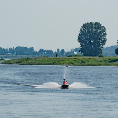 Une motomarine circule sur le fleuve St-Laurent.