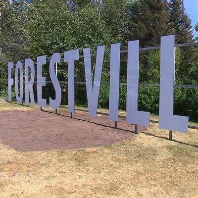 Des lettres géantes forment le mot Forestville à l'entrée de la municipalité.