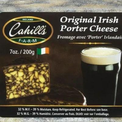 Un emballage de fromage sur lequel se trouvent une photo du produit et d'un verre de bière brune Porter, ainsi que des informations sur le produit.