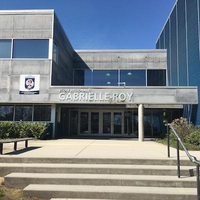 La devanture en béton gris de l'École Gabrielle Roy de Surrey.