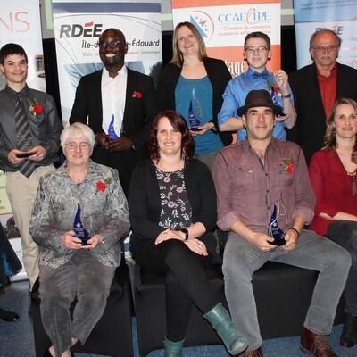 Les entrepreneurs honorés tiennent en main leur trophée
