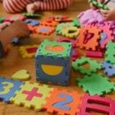 Enfants qui jouent avec des cubes dans une garderie.