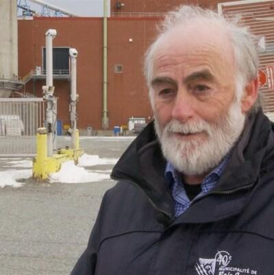Gérald Lemoyne devant les installations de Fortress Paper à Lebel-sur-Quévillon