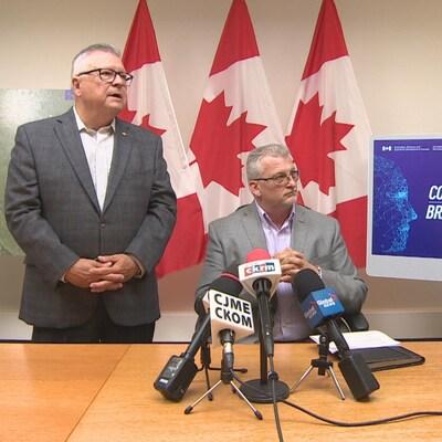 Le ministre de la Sécurité publique et de la Protection civile, Ralph Goodale, et le chef des opérations de FlexNetworks, Kris Eby.