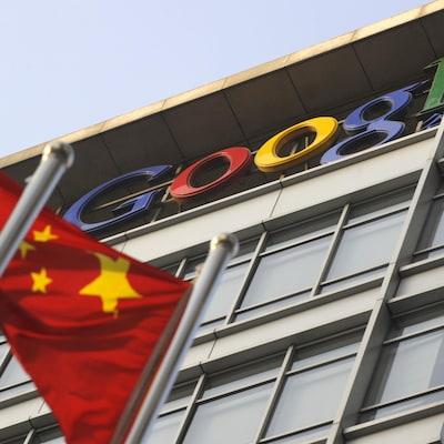 Un drapeau chinois flotte devant un bâtiment au logo de Google.