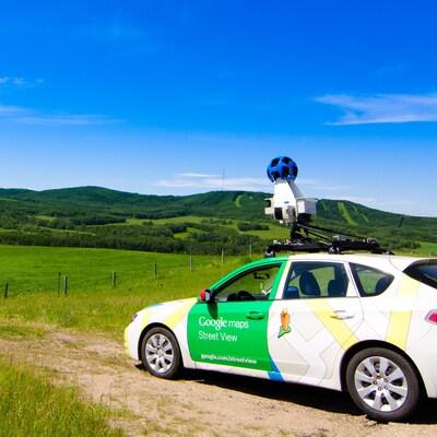 Une voiture de Google Street View dans un champ.