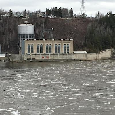 Une centrale électrique sur le bord de l'eau.