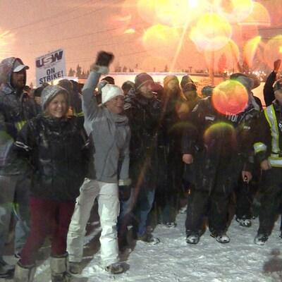 Les grévistes applaudissent à l'annonce du résultat du vote sur les dernières offres patronales.