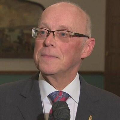John Haggie en entrevue dans un couloir de l'édifice de l'Assemblée législative
