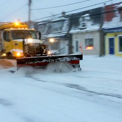Un camion déblaie la neige dans une rue d'Halifax.