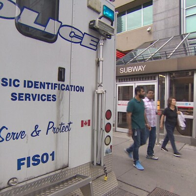 Un camion du service d'identification des victimes de la police stationné devant la station de métro