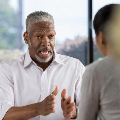 Une homme et une femme sont en séance de thérapie dans un bureau.
