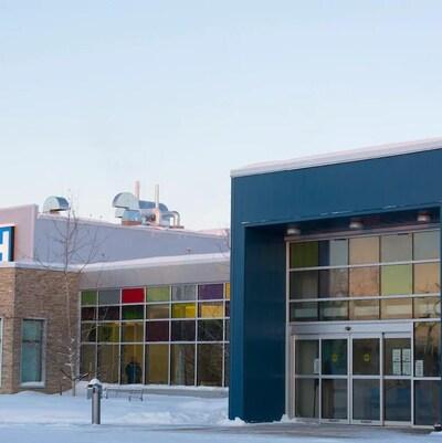 La façade extérieure de l'hôpital de Hay River en hiver.