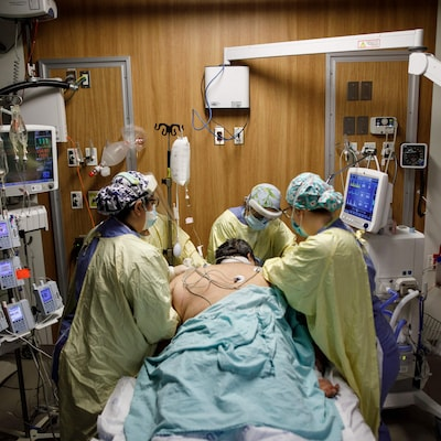 Des infirmières s'occupent d'un patient dans un hôpital