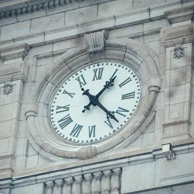 Zoom sur l'horloge de l'Hôtel de ville de Montréal qui indique 13 h 20 par une froide journée d'hiver.