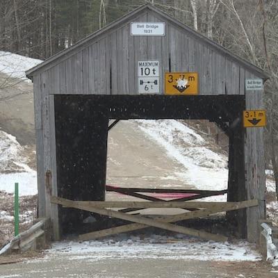 Le pont couvert de Hoyt au Nouveau-Brunswick a été endommagé par la tempête de pluie et de grésil qui s'est abattue sur la province la fin de semaine dernière.