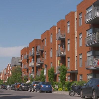 Des immeubles à appartements.