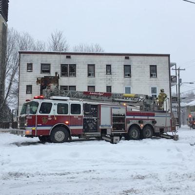 Des pompiers combattent un incendie.