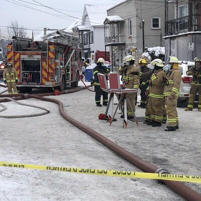 Les pompiers devant le bâtiment analysent la situation.