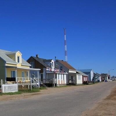 Des maisons alignées sur une rue déserte.